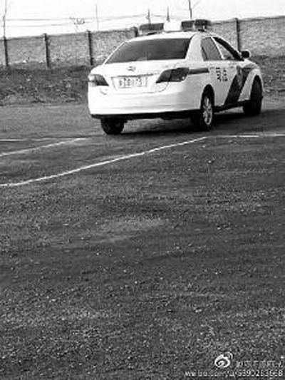 大妈开警车练倒库 官员称朋友未打招呼开走车