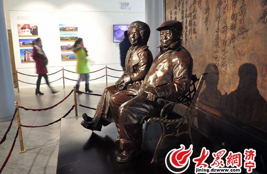 乔羽艺术馆内的乔羽夫妇雕像