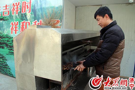 老板使用无烟烧烤设备烤制肉串过程中,油烟经设备过滤,排出的烟气无色无味