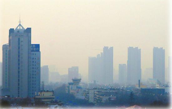 昨日,泉城的市民暂别晴朗的天空,山东济南整个城市再度被笼罩在雾霾之中。(本报记者 范良 摄)