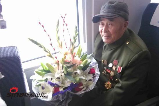88岁老兵受邀坐城铁 老兵第一次坐动车