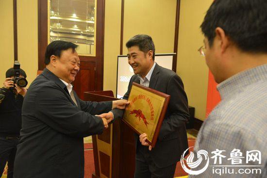 省政协副主席陈光为《联合日报》战略合作理事会新任理事授牌。