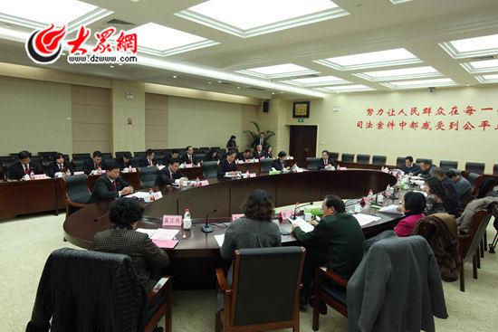 今天下午,山东省高级人民法院邀请11位山东省人大代表、政协委员座谈,通报了2015年全省法院工作情况。记者 王长坤 摄
