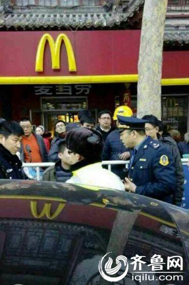 昨天,大观园东门一辆本田雅阁快的专车被遭出租车司机联合围堵后被查处。