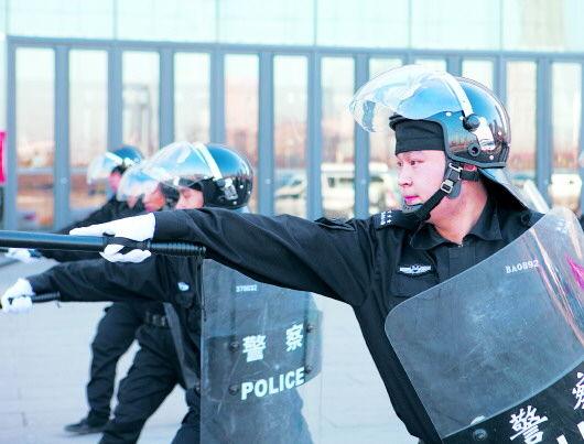 1月19日,在山东美术馆东门小广场,安保人员举行安全应急演练