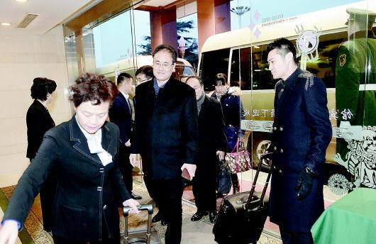 1月25日,出席省十二届人大四次会议的代表陆续抵达济南