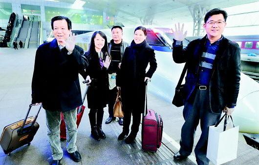 1月25日,部分省政协委员到达济南,出席省政协十一届三次会议