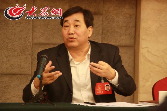 28日,山东省人大代表、潍坊市委书记杜昌文在审议政府工作报告时,建议不要一味追求粮食产量 大众网记者 李兆辉 摄