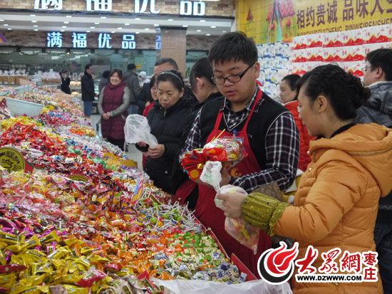 在超市市民选购糖果查看价格