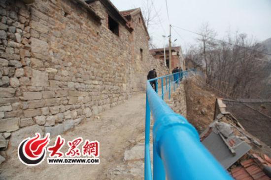 在村里山间小路都安装上了护栏