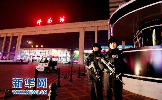 济南特警支队民警荷枪实弹在济南站广场武装执勤(刘诗 摄)