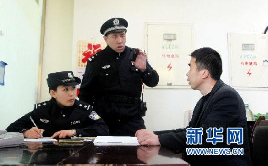 烟台所执勤民警对非法携带管制刀具的旅客进行治安处罚(刘诗 摄)