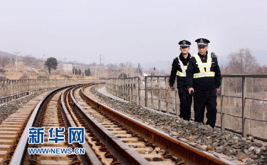南仇所警长刘瑞明带领民警开展线路巡查(刘诗 摄)