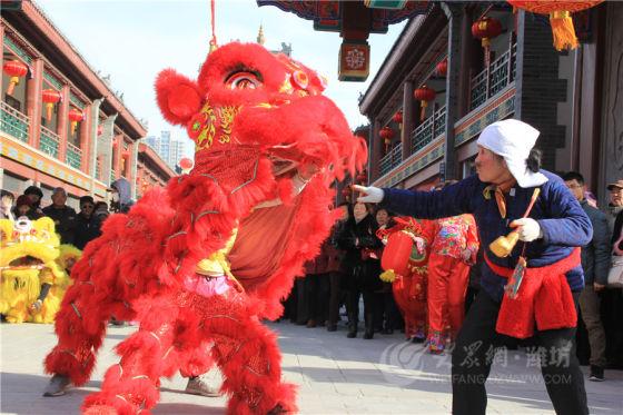 这次庙会,满耳喜庆锣鼓,满眼大红灯笼,还有传统工艺,民俗表演,让人打