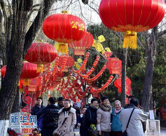 3月1日,市民在济南市第36届趵突泉迎春花灯会上游览。新华社记者 冯杰 摄