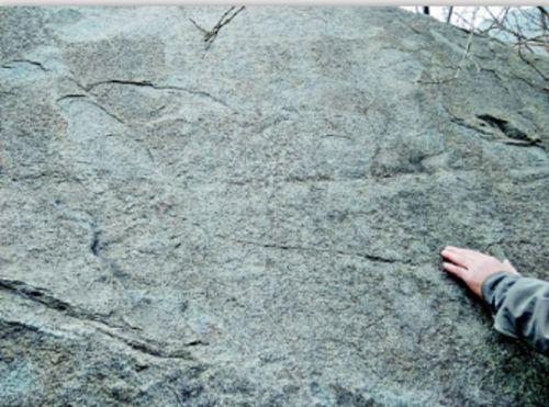 位于华阳宫院墙西侧的一处石刻,因自然风化,已经很难辨认字迹