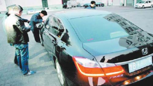 1月7日下午,青岛市运管局执法人员查处了一辆本田雅阁专车。记者官文涛摄(资料片)