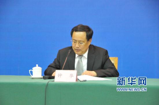 山东省新闻出版广电局(省版权局)副局长、新闻发言人钟华出席会议并讲话(江昆 摄)