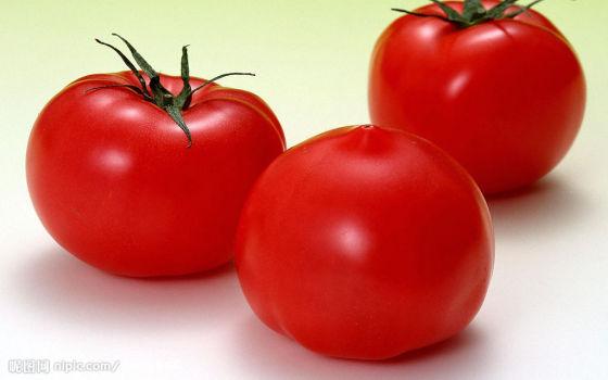 再撕掉外皮,但手还是略感微烫,而且不容易拿住,在撕皮的过程中,西红柿