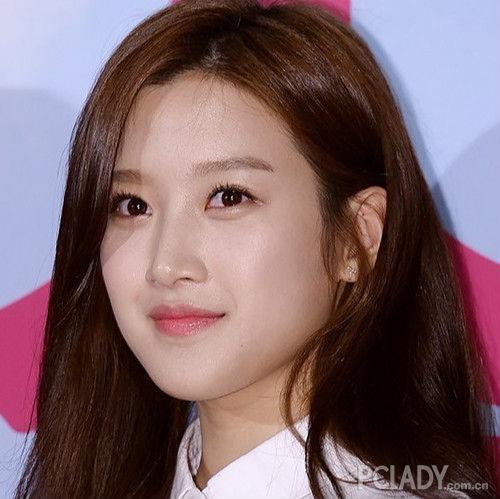 最近,还和exo成员朴灿烈一起合作了电影《长寿商会》.