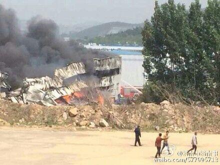 视频:济南伊利乳业发生火灾 现场浓烟滚滚