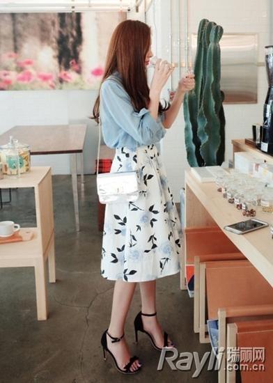 衬衫搭配印花半身裙