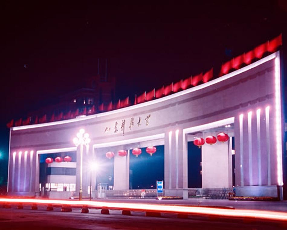 青岛校区大门夜景