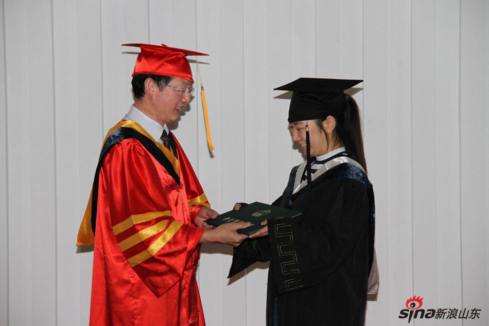 齐鲁医药学院校长匡奕珍为毕业生颁发学位证书