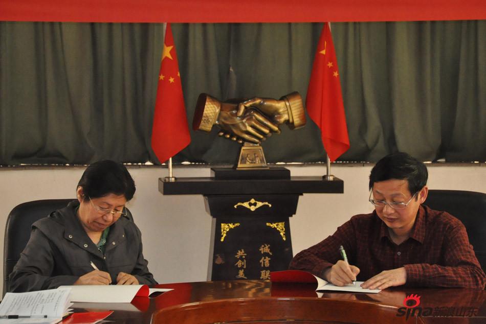 齐鲁医药学院校长匡奕珍与各部门签订目标责任书