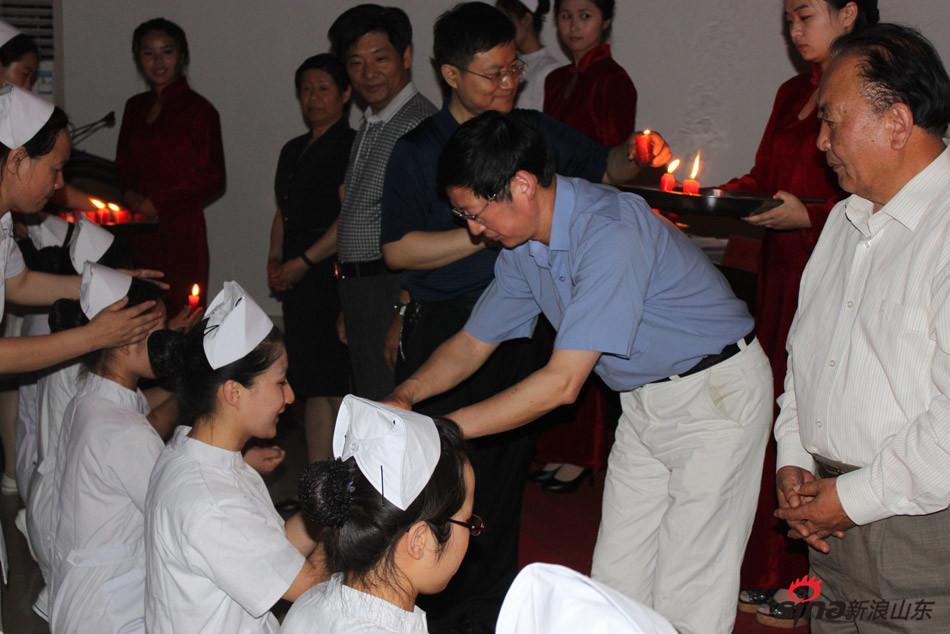 齐鲁医药学院校长匡奕珍在护士节为在校护生传光授帽