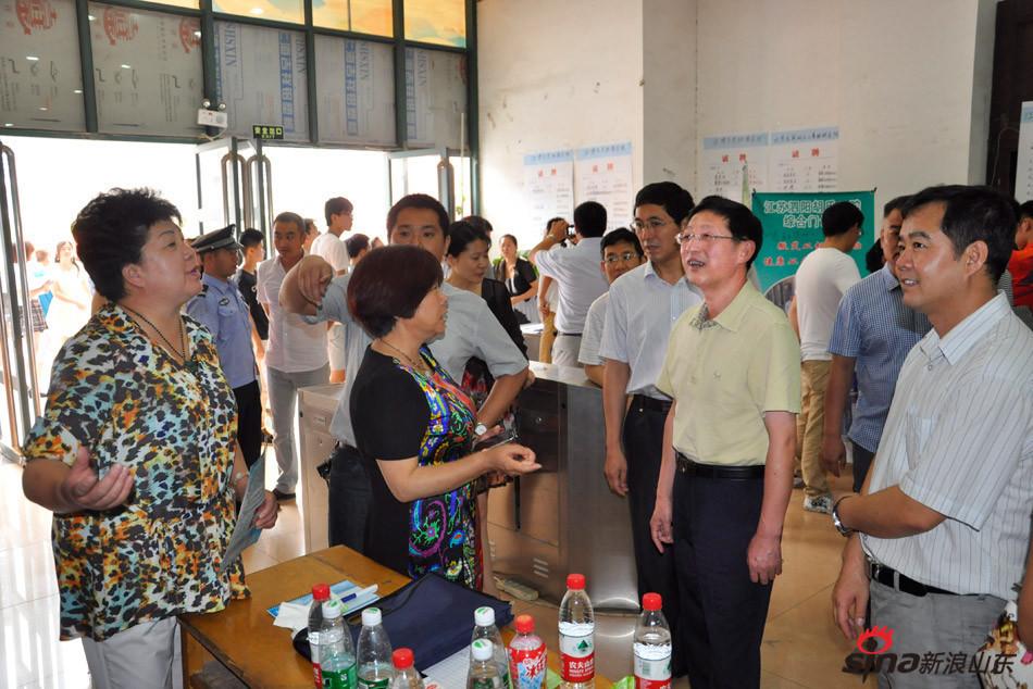 齐鲁医药学院校长匡奕珍在校园招聘会与用人单位交谈