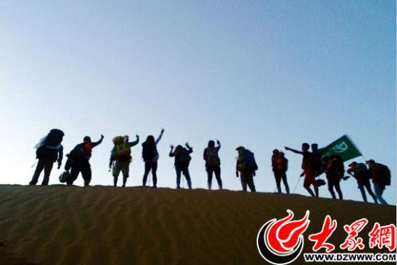 沙丘上的背影