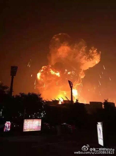 实拍天津爆炸凌晨现场 5公里外可见滚滚浓烟
