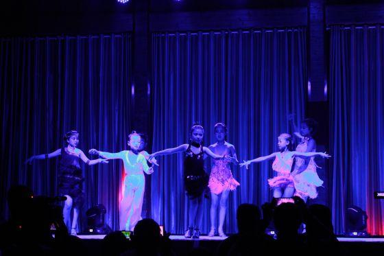 戏曲《红梅花开》等,诗朗诵《沂蒙颂》,少儿拉丁舞,少儿模特走秀,演出图片