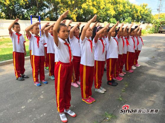 济南市长清区石麟小学 让我们敬个标准的队礼