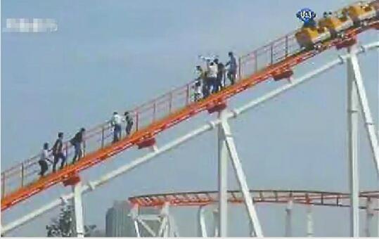 济南动物园游乐场发生惊魂一幕 过山车停电十余人悬空