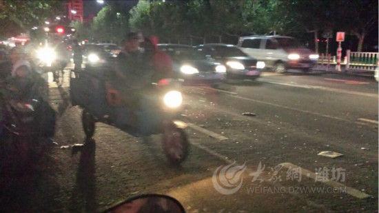 大众网10月30日讯(见习记者 田成林)10月29日15:02,潍坊奎文区东风街公安巷附近发生一起交通事故,目前事故已造成多人受伤,一人重伤。警方称事故原因正在调查当中,目前肇事车辆司机已被控制。   10月29日下午,潍坊东风街与公安巷附近,一辆自西向东高速行驶的商务车与同向行驶的4辆车相撞,包括两辆轿车一辆电动三轮车和一辆电动单车。据现场群众反映,电动单车司机当场重伤,电动三轮车驾驶员由于向右拐弯受伤较轻,轿车驾驶员受轻伤,但车辆损毁严重。   记者来到事故现场时,肇事车辆及另外4辆事故车已被拖