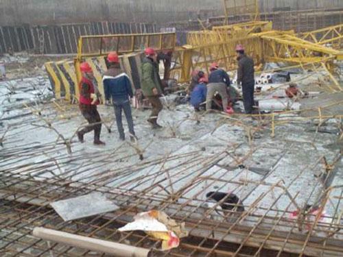 青岛一在建体育场塔吊倒塌 已致3死6伤