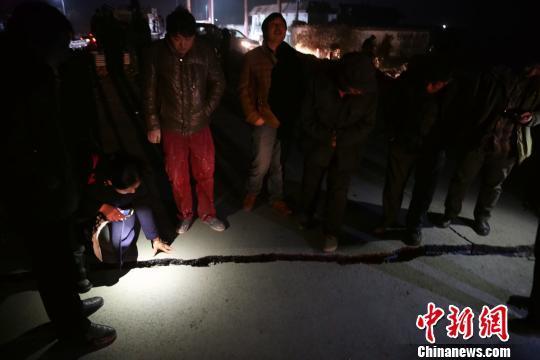 临沂石膏矿坍塌事故11人获救 18人被困井下