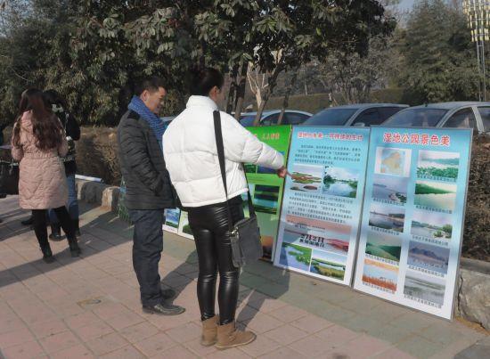 每年的2月2日是世界湿地日,今年的湿地日主题是湿地与未来:可持续的生计。上午10点,菏泽市林业局和牡丹区林业局在天香公园南门举行2016世界湿地日宣传活动。在活动现场整齐的摆放着湿地知识内容宣传板和常见湿地动物标本,吸引了许多市民驻足观看。工作人员为过往市民发放菏泽市湿地公园简介、湿地的功能与作用和保护湿地的宣传单页并认真解答市民提出的关于湿地的相关问题。   湿地是自然界最富生物多样性的生态景观和人类最重要的生存环境之一,被誉为地球之肾,也被誉为鸟类的乐园和物种基因库。据市林木