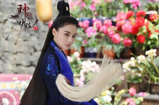 比基尼美女将和美女道姑李莫愁一起同台演绎道家太极剑法