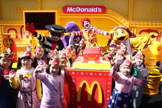 麦当劳首席快乐官麦当劳叔叔和他的朋友们与小朋友共庆麦当劳中国25岁生日