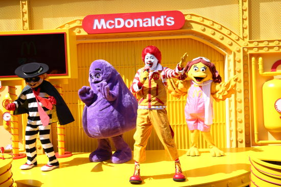 麦当劳首席快乐官麦当劳叔叔与他的朋友们合唱《一起玩才开心》