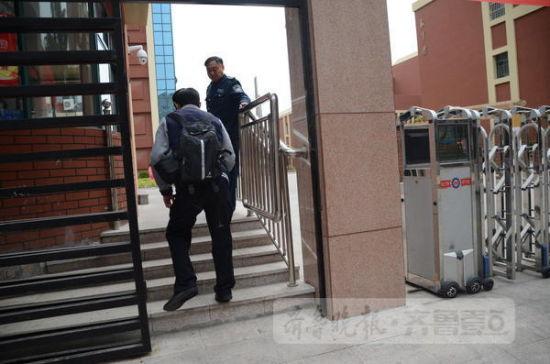 23日中午,在青岛市中心聋校的残疾人无障碍考点,一位考生走进考场。齐鲁晚报·齐鲁壹点 记者 李珍梅 摄