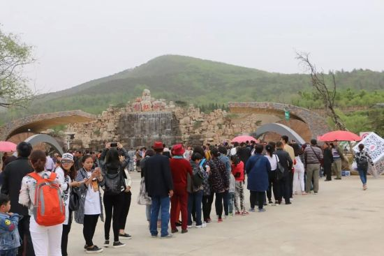雪山彩虹谷旅行社团队排队等候入园,游人如织