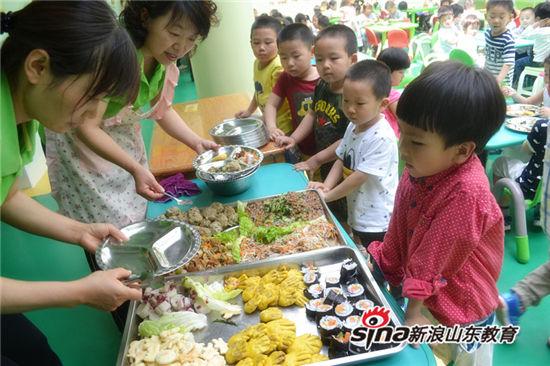 美味大餐 孩子们尽情享受美食