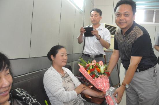 菏泽市中心血站站长巨昆向献血者送上鲜花