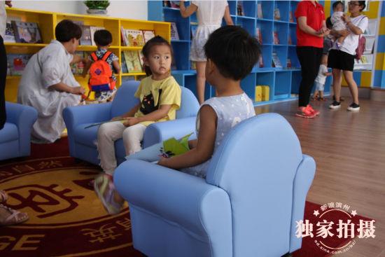 崭新的渗透着文化气息的建筑、别致的艺术走廊、整洁明亮的家庭格局式教室、模拟社会实际增强孩子全面发展的实践区域、可以让孩子尽情玩耍德国进口玩具、以及五颜六色的滑梯和趣味健身设施7月16日上午,数百名家长带着自己的宝宝欢聚在北大附属学校幼儿园滨州长青树园,参加期盼已久的游园会。在老师的带领和讲解下,家长和孩子们了解了幼儿园的各个功能区。别具风格的设计、人性化的教育氛围让家长们眼前一亮,称赞不已。   北大附属学校幼儿园滨州长青树园是北大附属实验学校幼儿园滨州园的第一所分园。位于滨州市黄河四路渤海十七路以