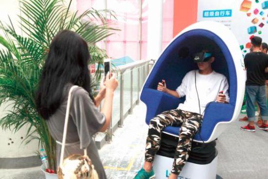 开眼的VR头盔
