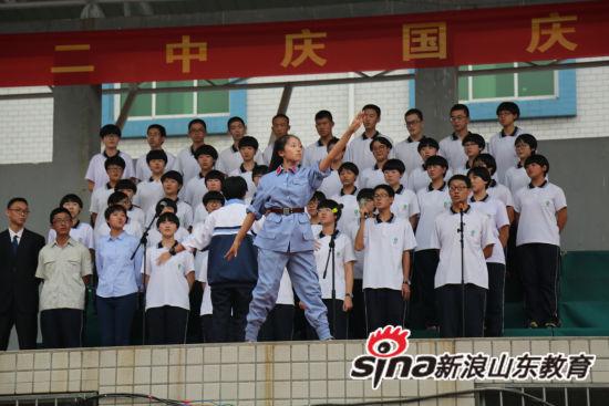 演穿插了合唱、朗诵、话剧、器乐演奏、舞蹈等多种形式,各班从手